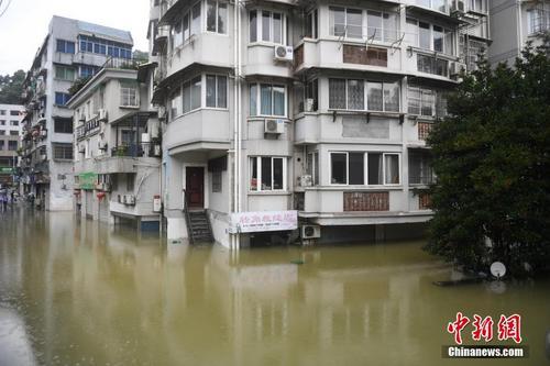 浙江建德新安江水库9孔泄洪 当地部分民房受淹