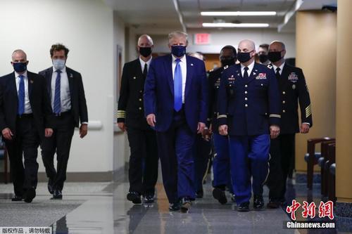 特朗普首次在公开场合戴口罩