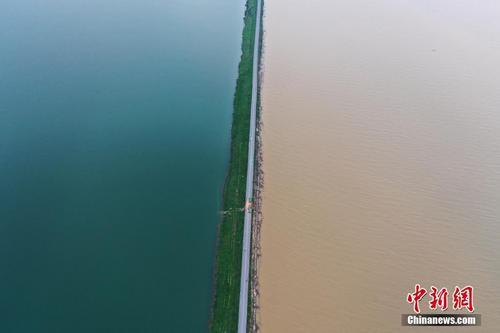江西鄱阳湖水位暴涨破历史 一堤之隔泾渭分明