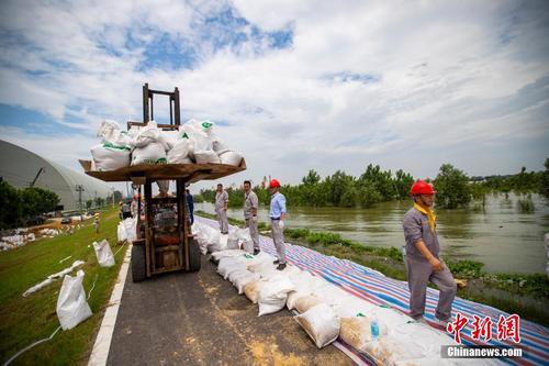 江西湖口洪灾现场:万人急筑万米堤坝抗洪魔