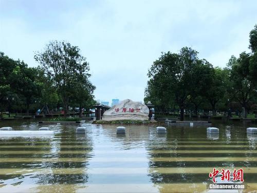 武汉市汉口江滩建成18年来首次全面过水行洪