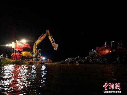 奋战83小时 江西鄱阳县问桂道圩决口成功合龙