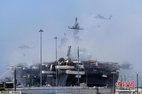 美军舰大火持续受伤人数上升 舰体浓烟滚滚