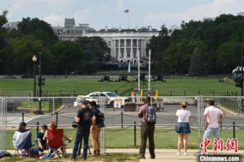 """当地时间7月4日,美国华盛顿白宫南草坪。在持续攀升的新冠肺炎疫情下,美国迎来2020年独立日。相比往年的热闹和拥挤,赴首都华盛顿参加7月4日独立日庆典的人群大幅""""缩水"""",国家广场一片清冷。白宫南北两侧,分别聚集着的观礼者和示威者,提醒着人们这个国家在疫情和种族争议下的对立情绪。 <a target='_blank' href='http://www.chinanews.com/'>中新社</a>记者 陈孟统 摄"""