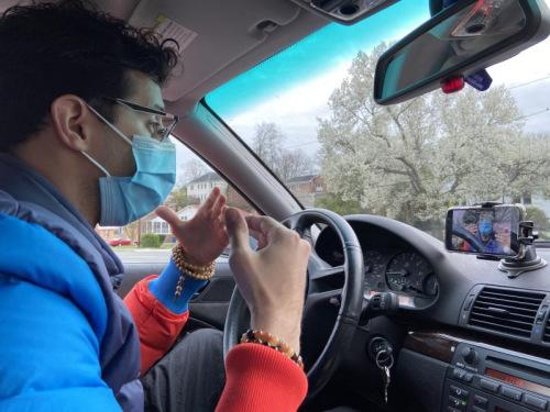 马思瑞在车内录制视频。(图片来源:受访者提供)