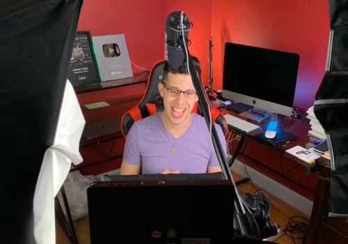 马思瑞在工作间录制视频。(图片来源:受访者提供)