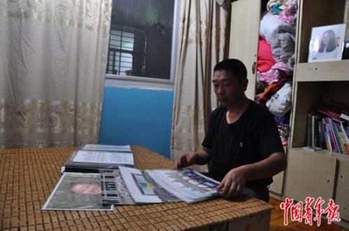 章荣高在女儿房间翻看照片和纪念册。
