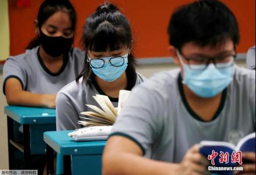 资料图:当地时间6月2日,新加坡学校重新开学,学生戴口罩上课。