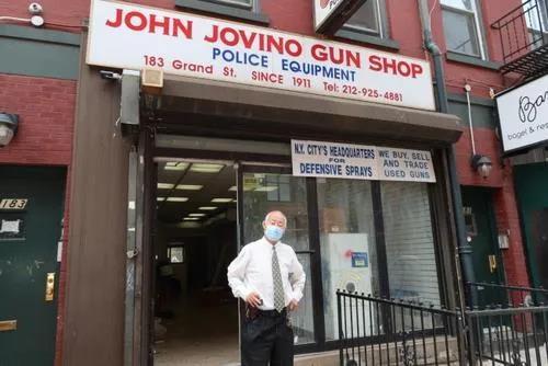 店经理古角和接收25年的店铺。(图片来源:美国《世界日报》/张晨 摄)