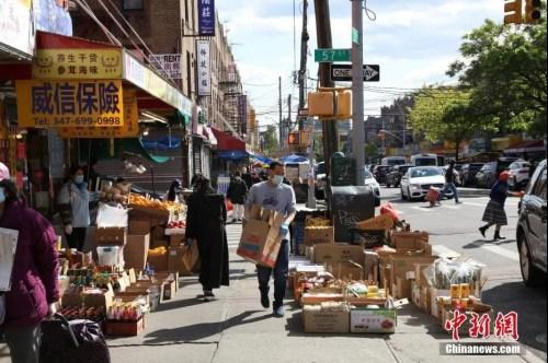 资料图:当地时间5月12日,纽约市布鲁克林八大道,商贩在摆摊做生意。 <a target='_blank' href='http://www.chinanews.com/'>中新社</a>记者 马德林 摄