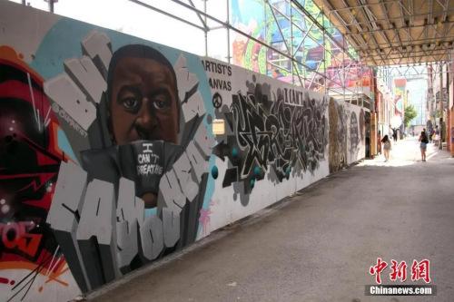 资料图:当地时间7月5日,加拿大多伦多的涂鸦巷,美国非裔男子乔治·弗洛伊德的肖像壁画颇为醒目。<a target='_blank' href='http://www.chinanews.com/'>中新社</a>记者 余瑞冬 摄