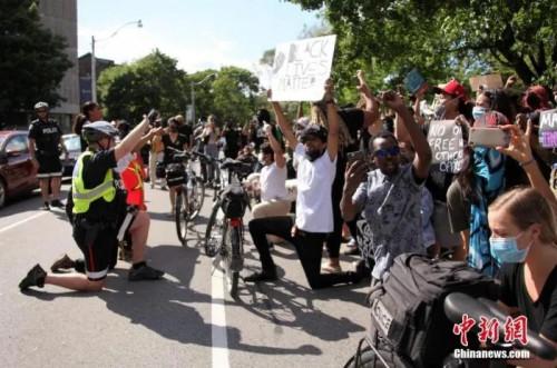 资料图:加拿大多座城市举行反种族主义和歧视的示威游行或集会活动。<a target='_blank' href='http://www.chinanews.com/'>中新社</a>记者 余瑞冬 摄