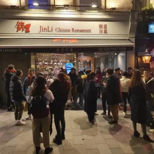 资料图:封锁前,顾客在伦敦中国城的锦里老店门口大排长龙。(受访者提供)