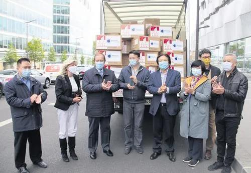 旅法侨团向大巴黎市镇联盟捐10万外科口罩, 大家鼓掌感谢旅法华侨华人的捐赠。(《欧洲时报》/黄冠杰 摄)