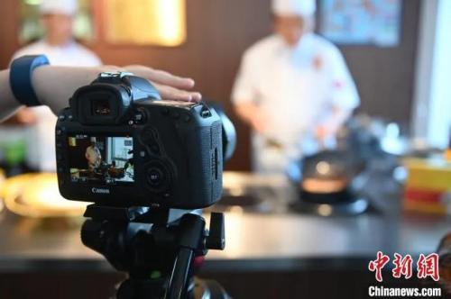 """""""辽菜""""传统烹饪技艺国家级代表性传承人刘敬贤以直播的形式为网友分享""""辽菜""""的烹饪技巧。 于海洋 摄"""