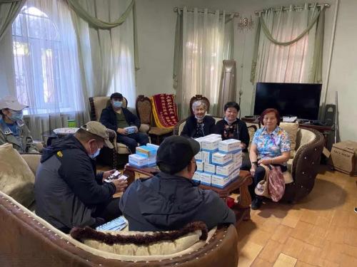 图为侨胞在华助中心领取防疫物资。