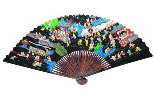 资料图:峇峇娘惹婚礼使用的折扇,此为百子千孙折扇。(新加坡《联合早报》 梁麒麟 摄)