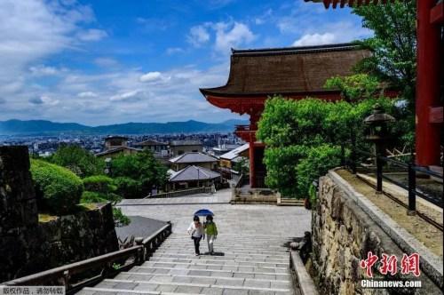 资料图:当地时间5月22日,日本京都的清水寺的游客。
