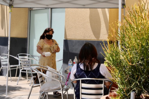 蒙市海宝潮粤酒家开设的户外餐饮区一隅。(美国《侨报》记者 邱晨摄)