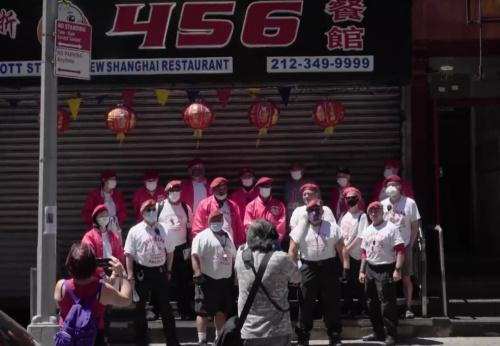 """""""守护天使""""组(织)(在)纽约曼哈顿(唐)人街(巡)逻。(视频截图(自)(纪)录片《守护Chinatown》)"""