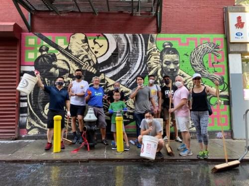 (老)陈和(他)团(队)的志愿者们清扫完(唐)人街街道。(受访(者)(供)图)