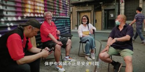 """王小绿和(唐)(人)街""""(老)炮(儿)们""""。((视)(频)截(图)(自)纪录片《守护Chinatown》)"""