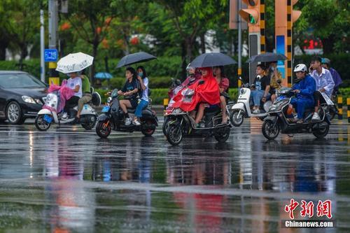 """台风""""森拉克""""过境 琼岛出现强降雨天气"""