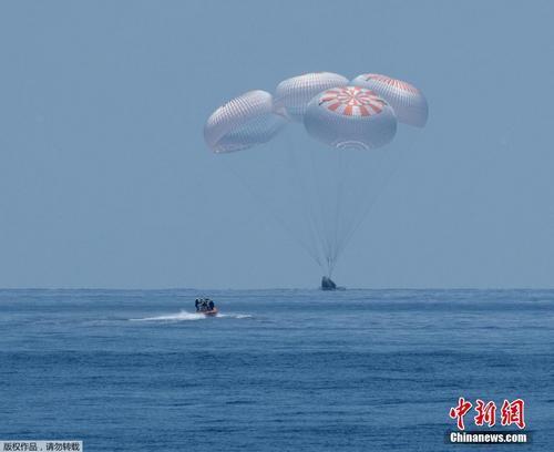 """美国""""龙""""飞船载两名宇航员返回地球"""