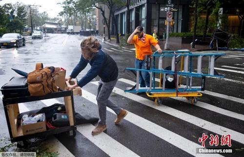 """""""伊萨亚斯""""登陆美国 多个城市遭受风暴袭击"""