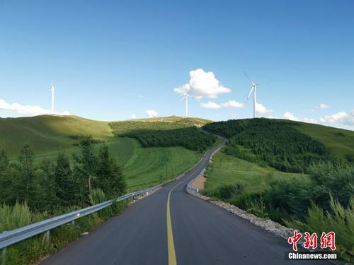 穿青山而过与蓝天相接 探访绝美草原天路沽源段