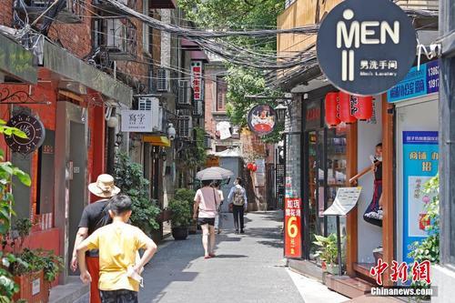 上海持续高温 游客游玩热度不减