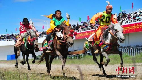 西藏羌塘草原上的赛马大赛:驭马者皆为少年