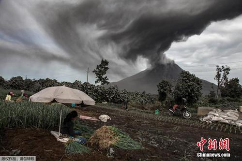 印尼火山持续喷发 火山灰遮天蔽日