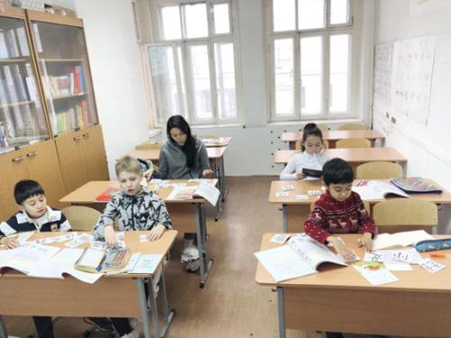 图为生活在莫斯科的华人孩子在学习汉字。(《俄罗斯龙报》 受访者供图)