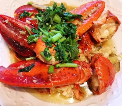 小雨做的葱姜炒龙虾。(受访者供图)