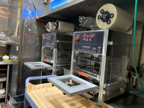 华人海鲜酒楼购置两台塑封机。(美国《世界日报》记者张宏 摄)