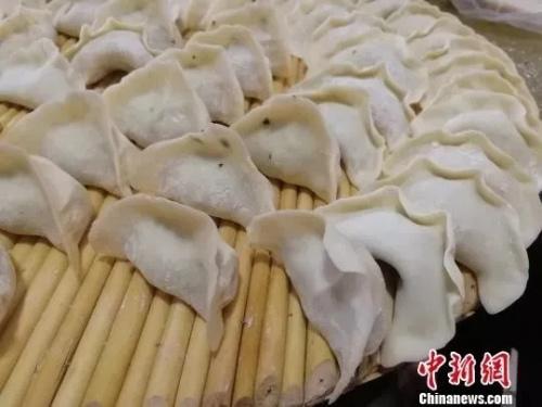 包好的水饺。郝学娟 摄