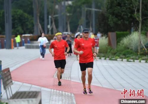重庆跑步健身爱好者在锻炼。 陈超 摄