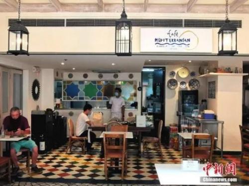 当地时间7月7日,菲律宾首都马尼拉CBD马卡蒂绿带商圈一大排档恢复营业。菲律宾进入国家抗疫第二阶段以来,多个行业逐渐复产复工。<a target='_blank' href='http://www.chinanews.com/'>中新社</a>记者 关向东 摄