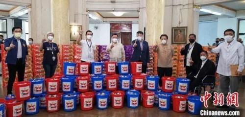"""中国驻菲律宾大使黄溪连(左四)与菲律宾马尼拉市长莫雷诺(右六),在马尼拉市政厅共同出席""""友谊包""""生活援助物资捐赠仪式。中国驻菲使馆供图"""