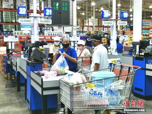 位于马尼拉BGC新城的大型会员制连锁超市S&R,收银员以及持卡进入的会员,带着口罩、面罩谨慎防护,以社交距离收银与购物。<a target='_blank' href='http://www.chinanews.com/'>中新社</a>记者 关向东 摄