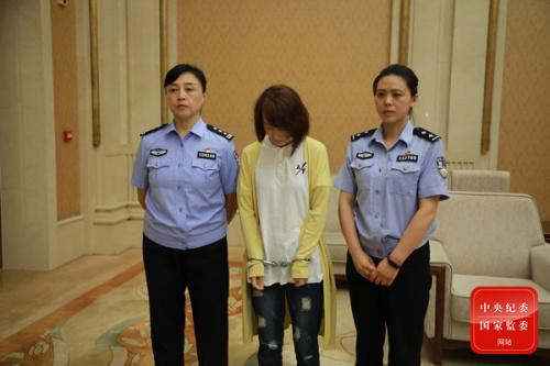 2019年7月,4名职务犯罪嫌疑人和重要涉案人于荡、詹伟胜、林舜涛、项亨达被缉捕归案。这是于荡被刑事拘留。