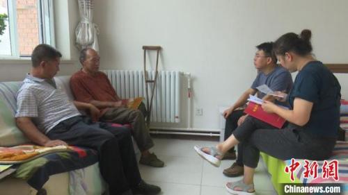 通过易地扶贫搬迁,秦森林住上了新房子,帮扶队员每周都会上门去看望他。 张月 摄