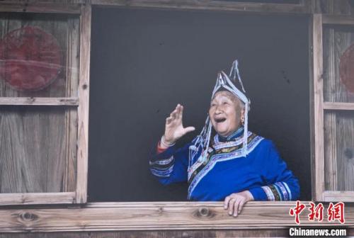 2010年时的蓝陈启在唱山歌。受访者提供