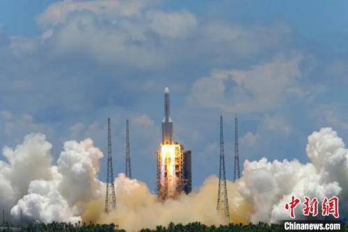 7月23日,中国首次火星探测任务天问一号探测器在文昌航天发射场升空,开启火星探测之旅,迈出了中国行星探测第一步。郭文彬 摄