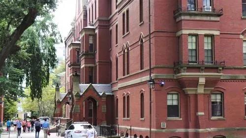 """由于申请""""空档年""""和远程学习的学生人数众多,哈佛大学秋季学期只有25%学生申请入住宿舍。(美国《世界日报》/唐嘉丽摄)"""