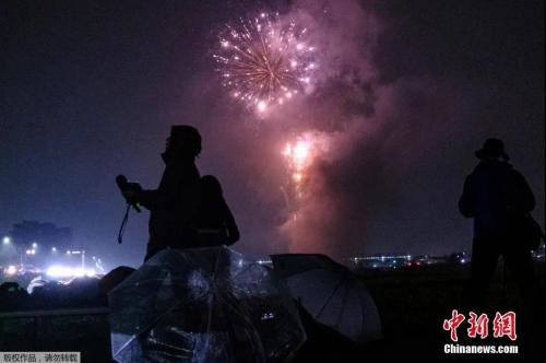 """资料图:当地时间6月1日,日本各地同时举行了数十场烟花表演,鼓舞民众积极抗疫,并祈祷新冠肺炎疫情早日结束,当晚燃放的烟花名为""""消灭病毒""""。"""