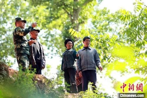 布哈与村民谋划村子的未来。图片由武警部队提供