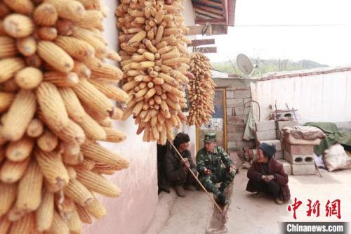 布哈走村入户宣讲脱贫政策。图片由武警部队提供