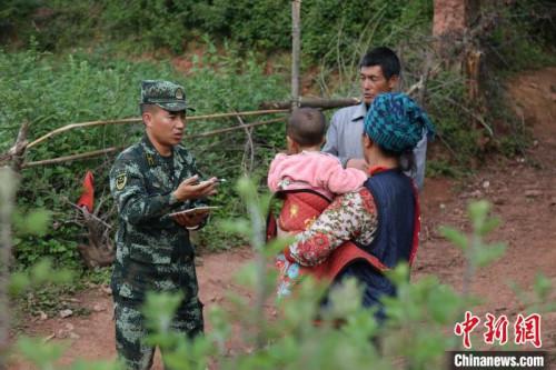 布哈走访了解学龄前儿童入园情况。图片由武警部队提供